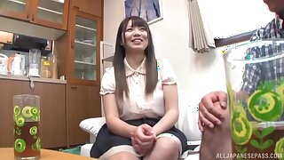 Trimmed pussy Japanese hottie spreads her legs yon be fucked